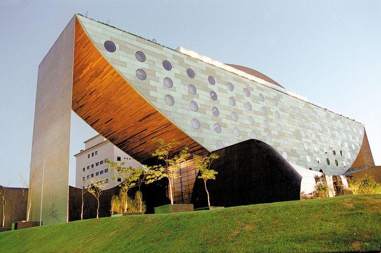 A arquitetura do Hotel Unique foi projetada por Ruy Ohtake e apresenta elementos únicos na paisagem paulistana. Sua estrutura arqueada é parcialmente revestida por placas de cobre pré-oxidadas e adornada por janelas circulares. O hotel, inaugurado em 2002, ocupa uma área total de 23 mil m²