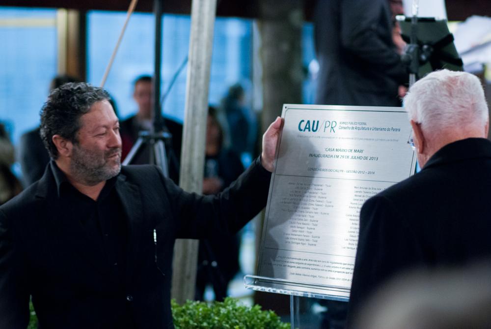 O presidente do CAU/PR, Jeferson Dantas Navolar e o engenheiro arquiteto Mário De Mari, descerram a placa inaugural da nova sede do Conselho.